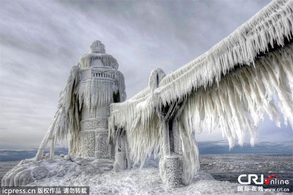 飛行機が飛べないレベルの、記録的大寒波。凍ったナイアガラがスゴい!