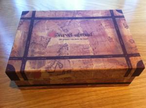 100円ショップの紙箱。穴をあけることで巣になる。